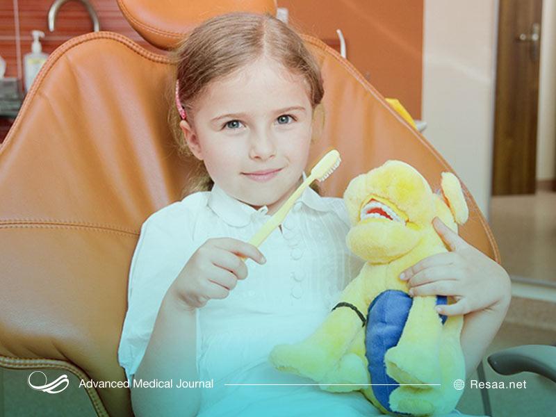 کودک در مطب دندانپزشکی با اسباب بازی