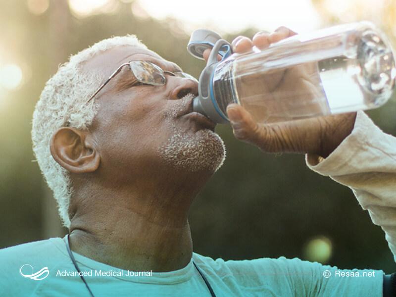 نوشیدن روزانه 8 لیوان آب به درمان بواسیر کمک میکند.